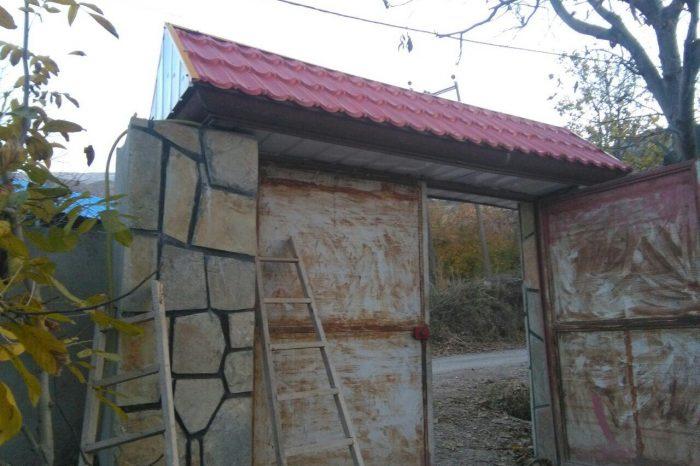 آردواز مخلوطی از سیمان، آزبست، الیاف معدنی ( پنبه نسوز )، الیاف مصنوعی و موادشیمیایی با آب میباشد. وهمچنین نوعی از مصالح ساختمانی میباشد که جهت زیبایی برای پوشش سقف یا محافظت از نمای ساختمانبه کار میرود. وآردواز جزء اولین محصولات برای پوشش سقف های شیبدار به شمار می رود، تا جایی که بخش عمده ای از مشتریان تمامی محصولات پوشش سقف را در اولین مرتبه با نام اردواز یاد می کنند. ورقه های آرداواز را به صورت پله ای و با شیب های متفاوت در سطوح بالایی ساختمان بر روی نمای اصلی ساختمان،بالای پنجره ها، سقف ساختمان های ویلایی، پوشش آلاچیق، اتاقکهای کلبهای، سردر ورودی مجتمع ها و… نصب میگردد. صفحه های آردواز از پیش رنگ شده نیست و ظاهر آن رنگ بتن را تداعی میکند و قابلیت رنگ پذیری دارند